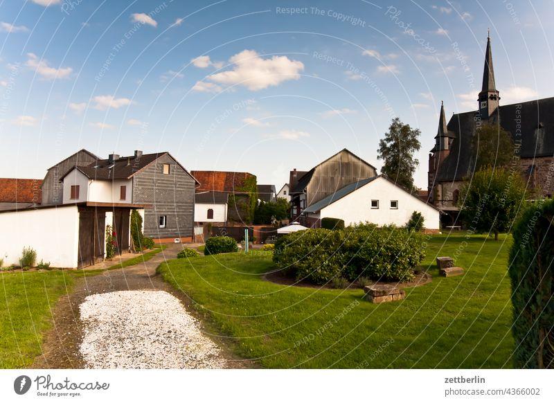 Stausebach dorf ort ortschaft haus wohnhaus kirche kirchturm Außenaufnahme Menschenleer Religion & Glaube Kirchturmspitze Haus Gebäude Architektur stille ruhe