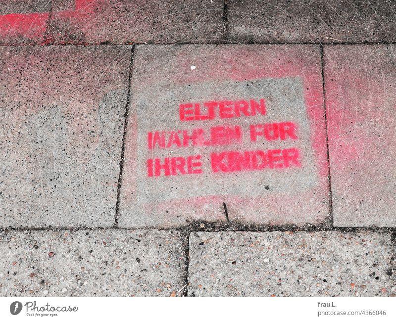 Wahlverhalten Wahlen Bundestagswahlen Zukunft Appell Aufruf Graffiti Fußweg Demokratie Entscheidung Regierung pflasterstein Verantwortung wählen