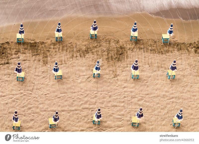 Sonnenperspektive - Blick von oben auf geschlossene Sonnenschirme am Strand Meer Urlaub Ferien & Urlaub & Reisen Sommer Sand Küste Außenaufnahme Sonnenbad