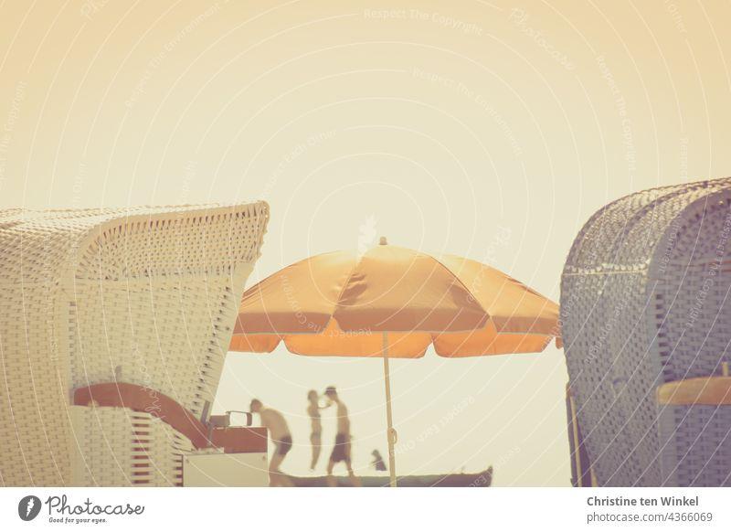 Zwischenräume | am Strand ... Zwei Strandkörbe und dazwischen ein orange Sonnenschirm und schemenhafte Silhouetten von Menschen im Gegenlicht Strandkorb Sommer