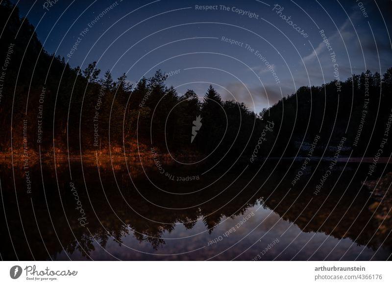 Nachtaufnahme von ruhigem Wasser unter Sternenhimmel im Wald natur Außenaufnahme Menschenleer Landschaft nacht see wasser sterne sternenklar Nachthimmel