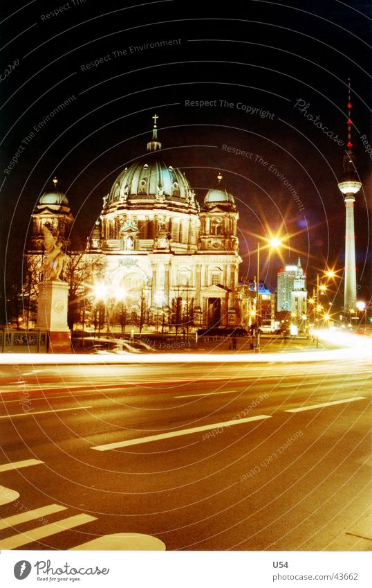 Touristenbild Straße Berlin Bewegung Architektur Berliner Fernsehturm Deutscher Dom