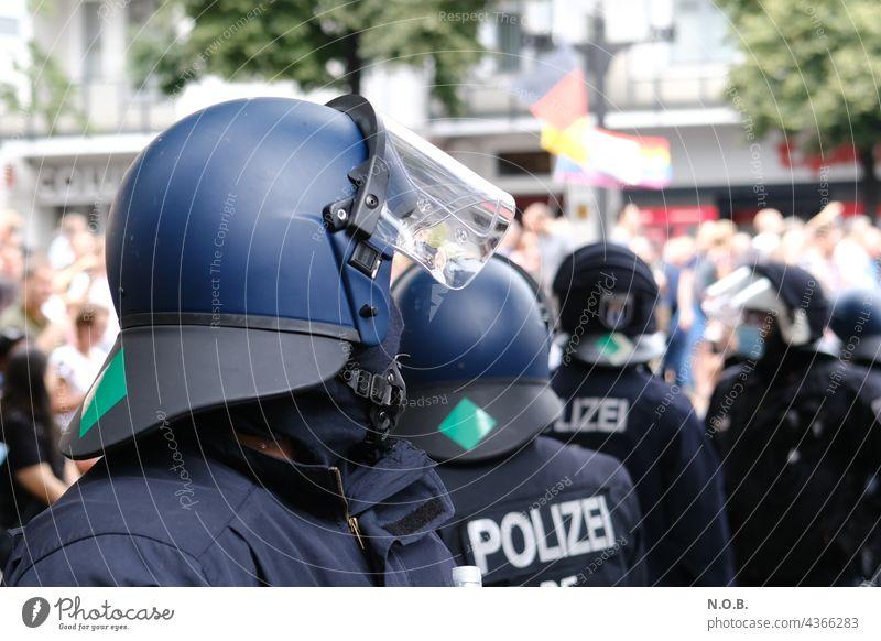Polizist mit Helm von der Seite Polizei kampfmontur riot Demonstration Querdenker querdenken Kampfanzug polizeihelm demo corona Sicherheit Politik & Staat