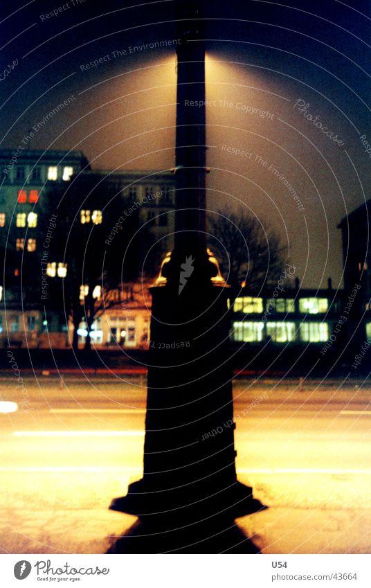 Rampenlicht Straße dunkel Berlin Angst obskur Straßenbeleuchtung
