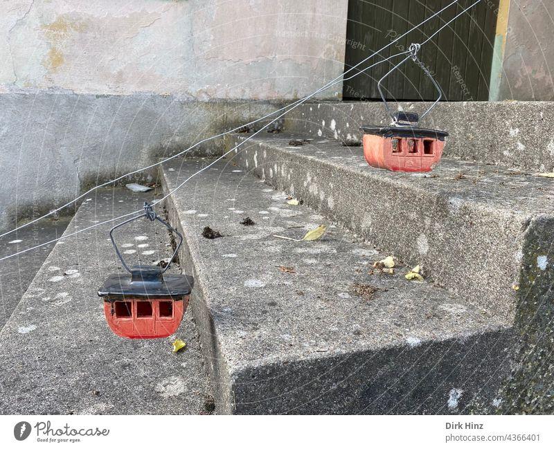 Gondeln als Treppenenlift Gondellift Seilbahn Seilbahnkabine Außenaufnahme Dekoration & Verzierung Drahtseil Menschenleer abwärts aufwärts Treppenstufen