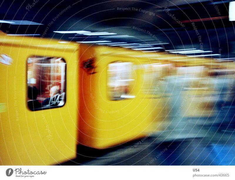 Hektik gelb Abteilfenster Stress Scheibe U-Bahn obskur Berufsverkehr Öffentlicher Personennahverkehr verpassen Abfahrt