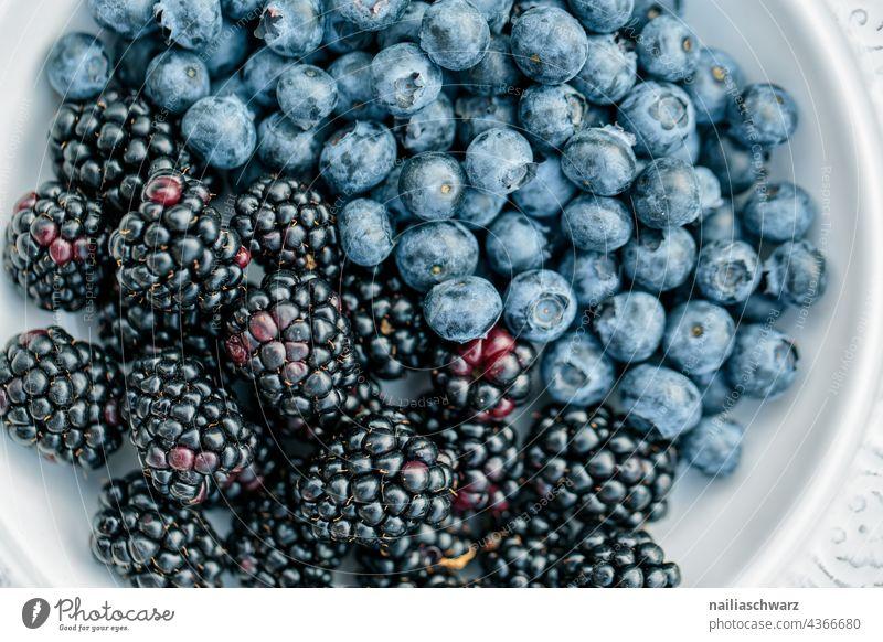Blaubeeren und Brombeeren heidelbeeren Teller Vitamin Ernährung roh Dessert reif Nahaufnahme Farbfoto frisch blau Ernte Beerenfrucht Frucht Foodfotografie