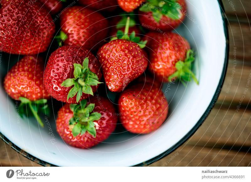 Erdbeeren Lebensmittel Frucht Ernährung Bioprodukte Schalen & Schüsseln Gesundheit Geschirr Sommer frisch Duft Farbfoto Außenaufnahme Nachtisch Detailaufnahme