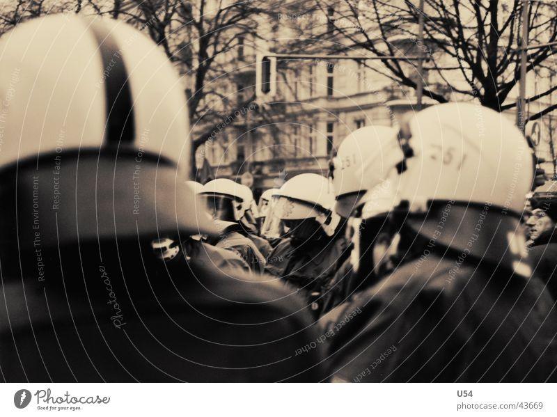 To Protect an Serve Menschengruppe Gewalt Polizist Aggression Demonstration Vorderseite stur