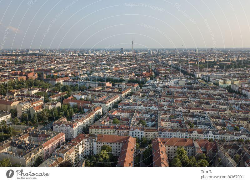 Blick von Pankow über Berlin Fernsehturm Stadt Skyline Berliner Fernsehturm Wahrzeichen Hauptstadt Sehenswürdigkeit Stadtzentrum Architektur Turm Himmel