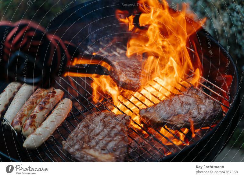 Mann wendet Steak auf dem Barbecue-Grill Grill - Mahlzeit grillen Rindfleisch Kohle Küche kulinarisch lecker Flammen Essen und Trinken glühend Feinschmecker