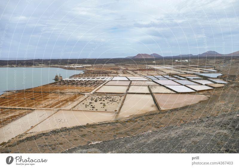 Salinas de Janubio Lanzarote Kanarische Inseln Spanien Salzfläche Lagune Küste MEER Inszenierung Salzproduktion Kochsalzlösung Feld Landschaft Berge u. Gebirge