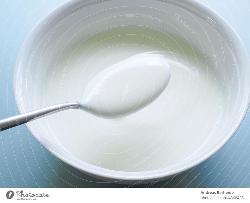 Fettarmer Bio-Naturjoghurt in einer weißen Schale Biografie Schalen & Schüsseln Frühstück Kalzium Keramik Nahaufnahme Sahne cremig Küche kulinarisch Molkerei