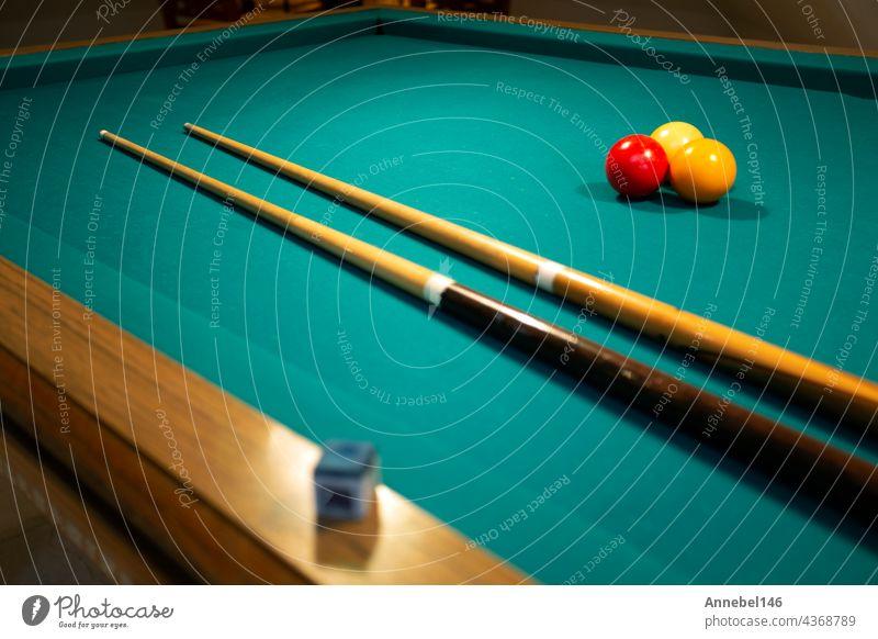 Ein grüner Stoff Billard oder Billardtisch rot, gelb und weiß Ball, Hobby und Sport mit Kopie Raum Tisch Pool Spiel Freizeit Stichwort spielen Snooker