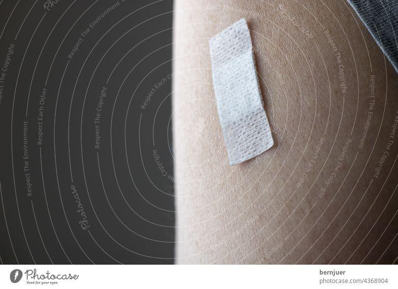 Pflaster am Arm nach der Impfung Verband Impfstoff Medizin Krankheit Immunisierung Covid-19 Coronavirus Prävention Gesundheit Pandemie Schutz Injektion Patient