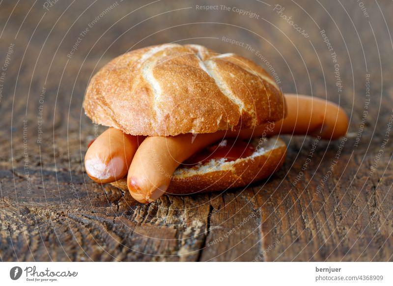 Frankfurter Würstchen im Brötchen frankfurter ketchup rustikal Semmel Fleisch holz fast essen brot gegrillt ungesund fettig Tomate sauce Wurst Rindfleisch