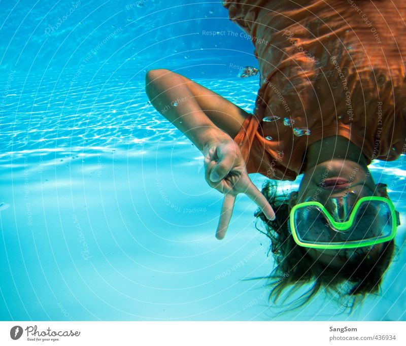 Peace Mensch Ferien & Urlaub & Reisen blau Wasser Sommer Mädchen Freude feminin Spielen Schwimmen & Baden orange Schönes Wetter nass Kommunizieren T-Shirt Schwimmbad