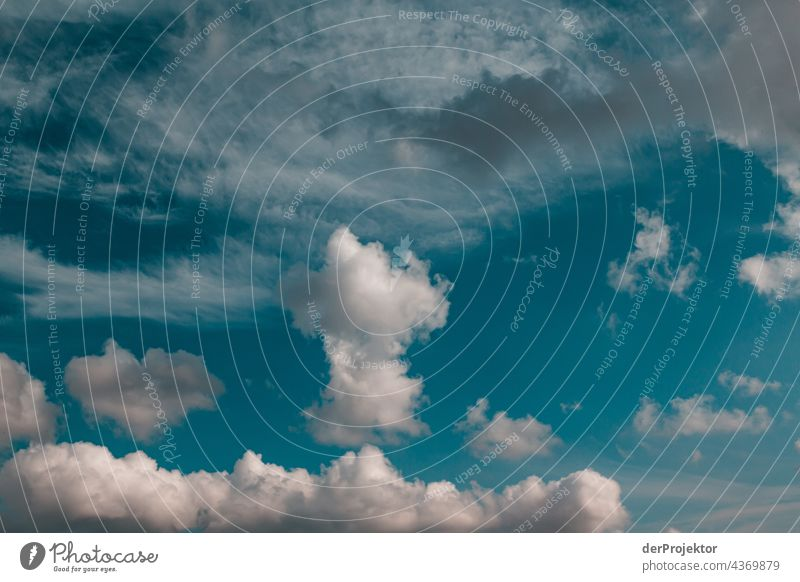 Wolken über einem Feld auf einer Halbinsel in Dänemark Naturerlebnis Lebensfreude Gedeckte Farben abstrakt Muster Strukturen & Formen Textfreiraum links