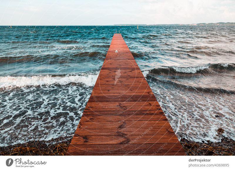 Steg führt ins Meer in Sonderburg in Dänemark Naturerlebnis Lebensfreude Gedeckte Farben abstrakt Muster Strukturen & Formen Textfreiraum links
