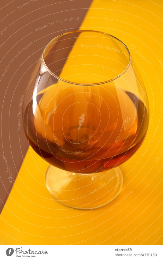 Cognac oder Whiskey trinken Alkohol alkoholisch Bar Getränk Bourbon Weinbrand braun klassisch coñac Glas liquide alt gelb