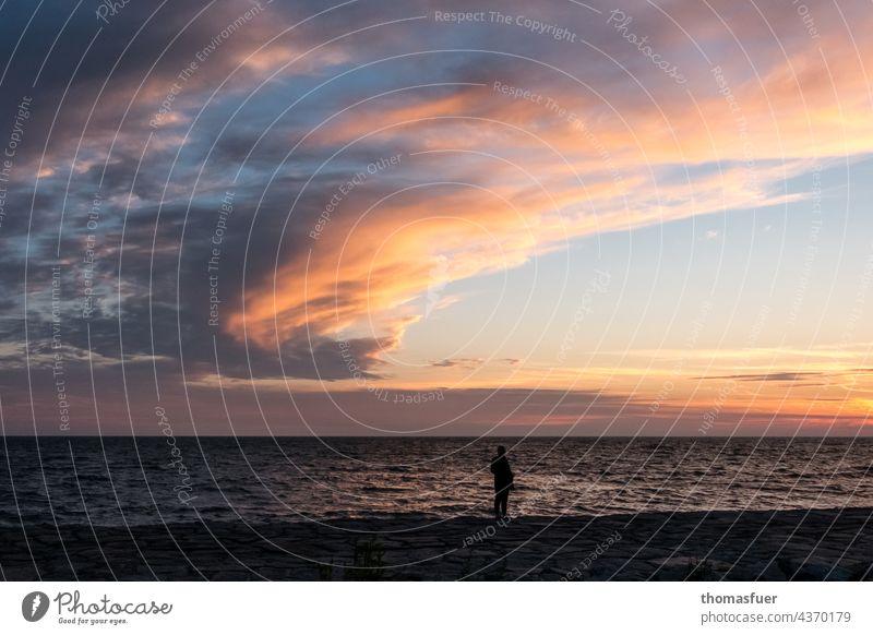 einsame Person am abendlichen Meer Natur Himmel ruhig Ferne Melancholie schöne Wolken Weitwinkel Wasser Gewitter bedrohlich Abschied Abschiedsstimmung