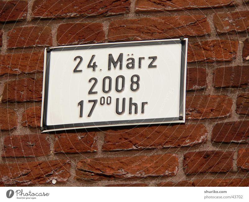 Schildchen mit Datum 24-03-2008 rot schwarz Wand Deutschland Schilder & Markierungen Schriftzeichen Information Dinge Backstein Verkehrswege Verabredung März