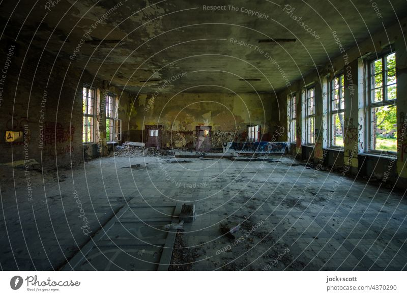 Lost Land Love | großer Saal + großer Verfall Raum verfallen Fenster Endzeitstimmung Symmetrie Architektur lost places Wandel & Veränderung Strukturen & Formen