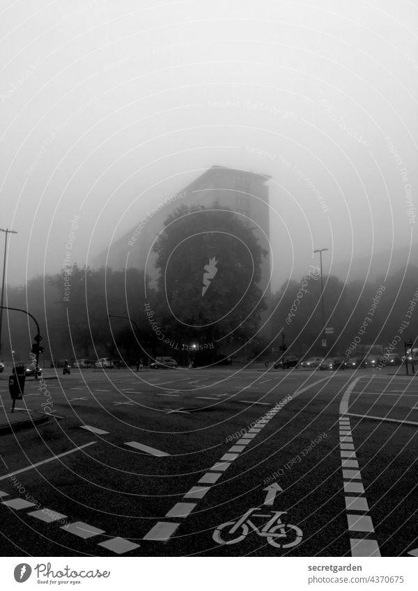Herbstanfang mit schlechter Sicht nebelig düster Hamburg Kreuzung Verkehr Autos Hochhaus Nebel Sichtschutz Außenaufnahme Straßenverkehr Straßenkreuzung Asphalt