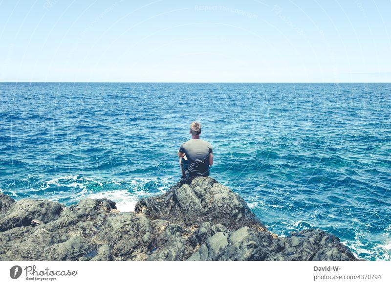 Am Meer sitzen und dir Ruhe genießen Meeresrauschen Mann Ferien & Urlaub & Reisen Erholung Ozean Blau stille Sehnsucht