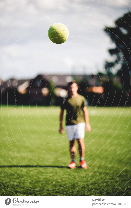fliegender Fußball und Fußballer Freizeit & Hobby Bewegung Sport Sportler sportlich draußen Fußballplatz Training Erfolg