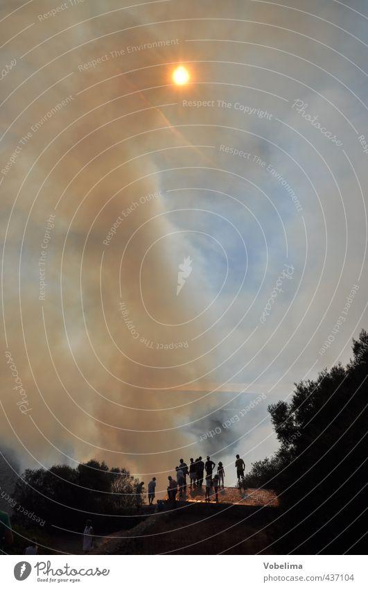 Waldbrand auf Mallorca Abenteuer Mensch Menschengruppe Natur Landschaft Feuer Himmel Sonne Wärme Rauch bedrohlich blau braun Angst Zerstörung Naturkatastrophe