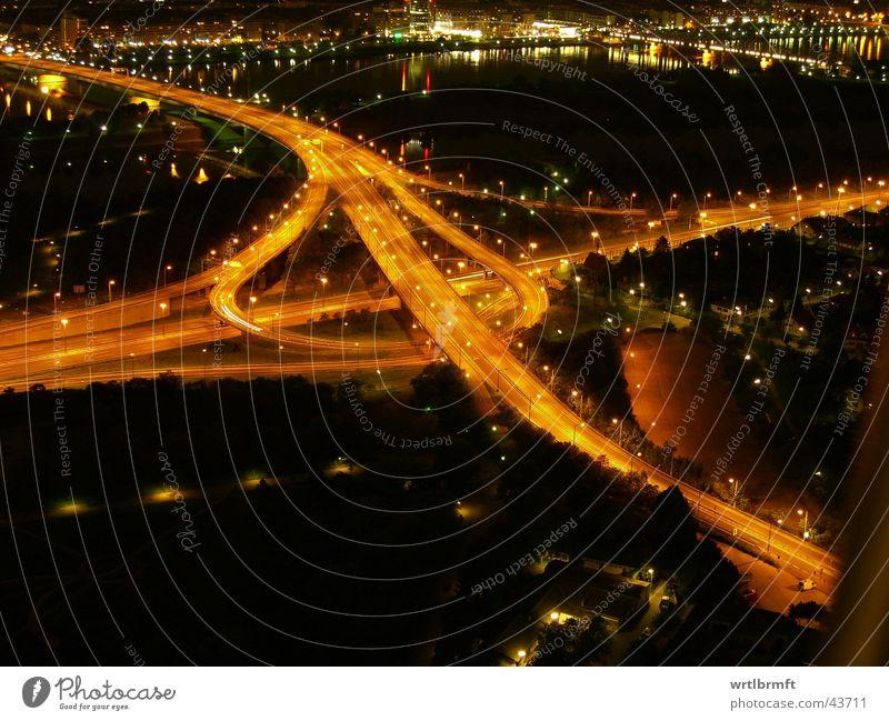 Autobahnkreuz Stadt Straße dunkel orange Beleuchtung Verkehr Geschwindigkeit Brücke Fluss Verkehrswege Langzeitbelichtung Straßenverkehr Urbanisierung