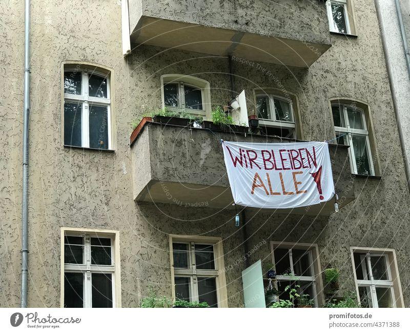 """Kampf gegen Gentrifizierung und für Vergesellschaftung: Banner an Balkon: """"WIR BLEIBEN ALLE"""". Foto: Alexander Hauk kampf vergesellschaftung politik wirtschaft"""