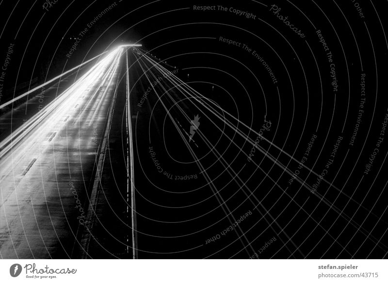 autobahn Autobahn Geschwindigkeit Nacht Langzeitbelichtung Licht Fluchtpunkt Verkehr Schwarzweißfoto Linie Kontrast