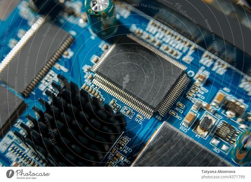 Mikroschaltkreis mit Chip in Nahaufnahme elektronisch Computer Technik & Technologie Hardware Schaltkreis Mikrochip Motherboard Prozessor Engpass Halbleiter