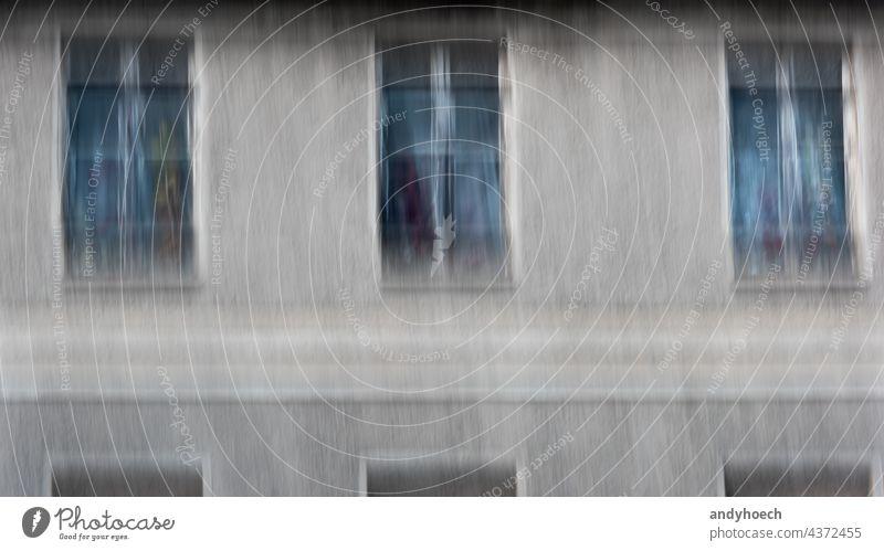 Drei Fenster alt und unscharf mit bunten Blumen Verlassen abstrakt gealtert Architektur Hintergrund Unschärfe verschwommen Gebäude Großstadt zugeklappt Konzept