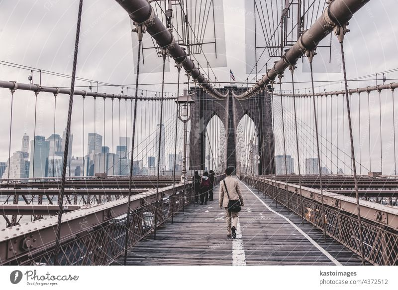 Brooklyn Bridge, New York City. New York State Manhattan amerika Brücke Spaziergang Großstadt Menschen Skyline USA Wolkenkratzer Mann Stadtbild beleuchtet