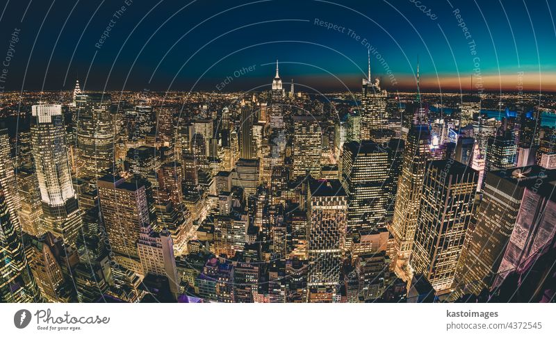 New York City. Manhattan Downtown Skyline mit beleuchtetem Empire State Building und Wolkenkratzern in der Abenddämmerung. New York State Großstadt Reichsstaat
