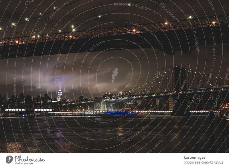 Manhattan-Brücke in der Abenddämmerung, New York City. New York State Manhattan Bridge amerika Großstadt Skyline Brooklyn USA Wolkenkratzer Stadtbild beleuchtet