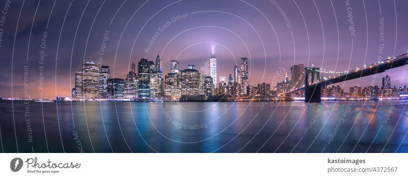 Brooklyn-Brücke in der Abenddämmerung, New York City. New York State Manhattan Manhattan Bridge amerika Großstadt Skyline USA Wolkenkratzer Stadtbild beleuchtet