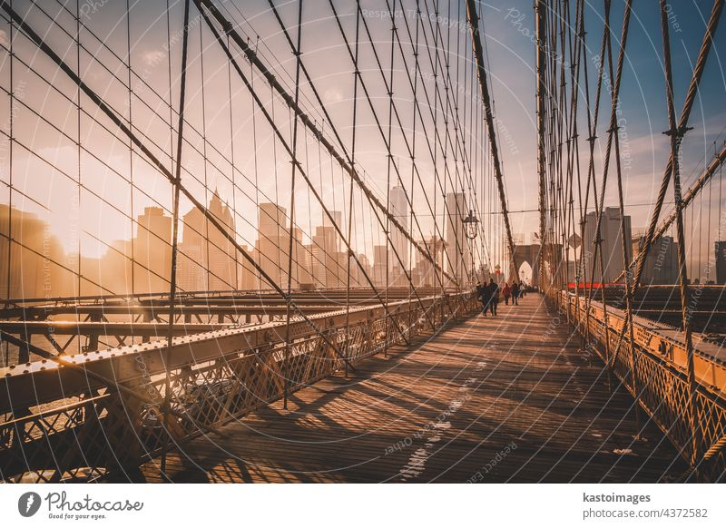 Brooklyn Bridge bei Sonnenuntergang, New York City. New York State Manhattan amerika Brücke Spaziergang Großstadt Skyline Menschen USA Wolkenkratzer Stadtbild