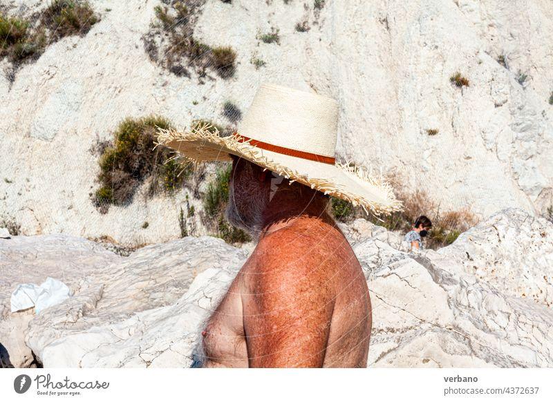 älterer Mann am Strand mit Hut, nackter Oberkörper Urlaub Senior Glück MEER Ruhestand Feiertag Kaukasier in den Ruhestand getreten Menschen Sand Freizeit