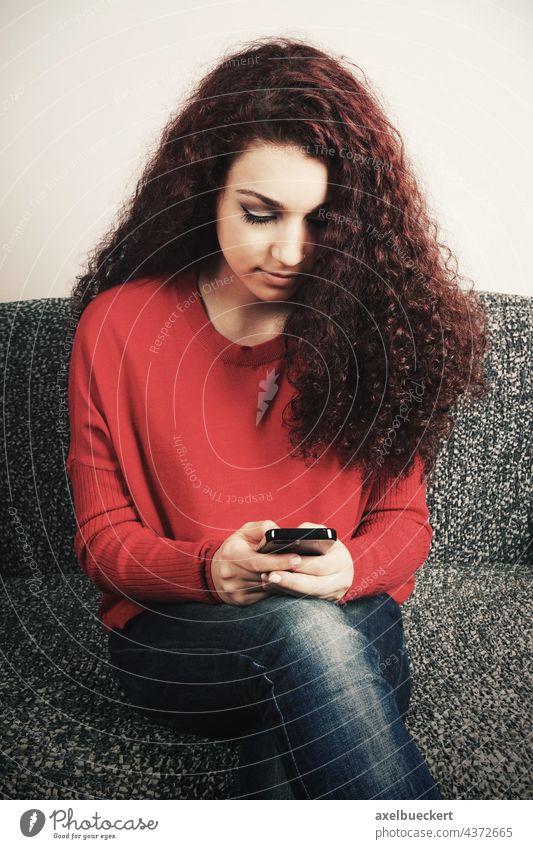 Teenager mit Smartphone Handy Mädchen handysüchtig Telefon Frau benutzend Texten SMS Nachricht Tippen Lifestyle Jugend junger Erwachsener Technik & Technologie