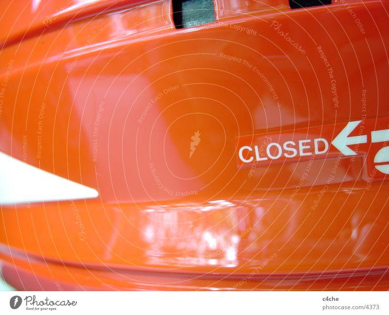 closed.for.redesign rot Schriftzeichen Dinge Typographie Helm