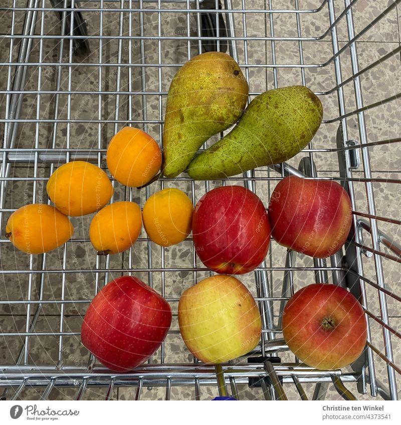 Unverpacktes Obst liegt im Einkaufswagen, Müllvermeidung, Blick aus der Vogelperspektive unverpackt unverpacktes Obst unverpackte Lebensmittel einkaufen Äpfel