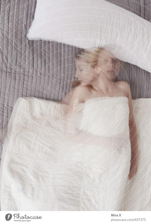Schlaflos in Gotha Mensch Jugendliche Einsamkeit Junge Frau Erwachsene 18-30 Jahre Gefühle feminin Traurigkeit träumen Stimmung liegen schlafen Bett Müdigkeit