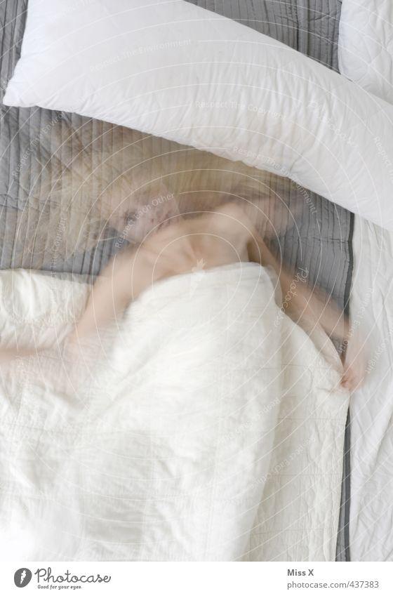 aufgewacht Mensch Frau Jugendliche 18-30 Jahre Erwachsene Gefühle feminin Tod Stimmung träumen schlafen Bett Stress Müdigkeit Rauschmittel Alkohol