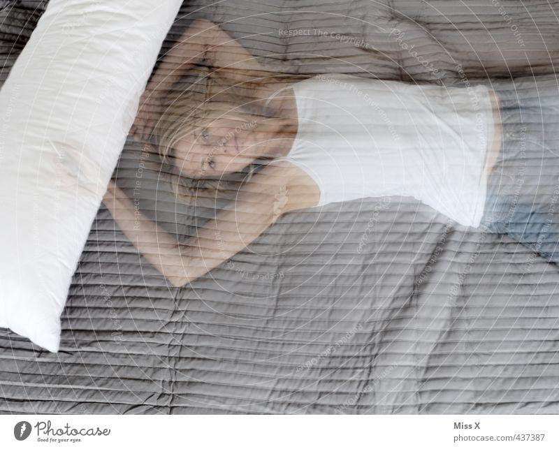 i go to sleep Bett Schlafzimmer Mensch feminin Junge Frau Jugendliche 1 18-30 Jahre Erwachsene liegen schlafen träumen gruselig Erotik Gefühle Stimmung