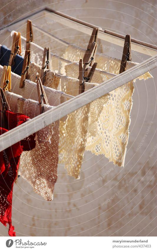 hängen gelassen. Straße Senior Wohnung Freizeit & Hobby Häusliches Leben Tradition Großmutter Wäsche waschen trocknen altmodisch stricken Handarbeit