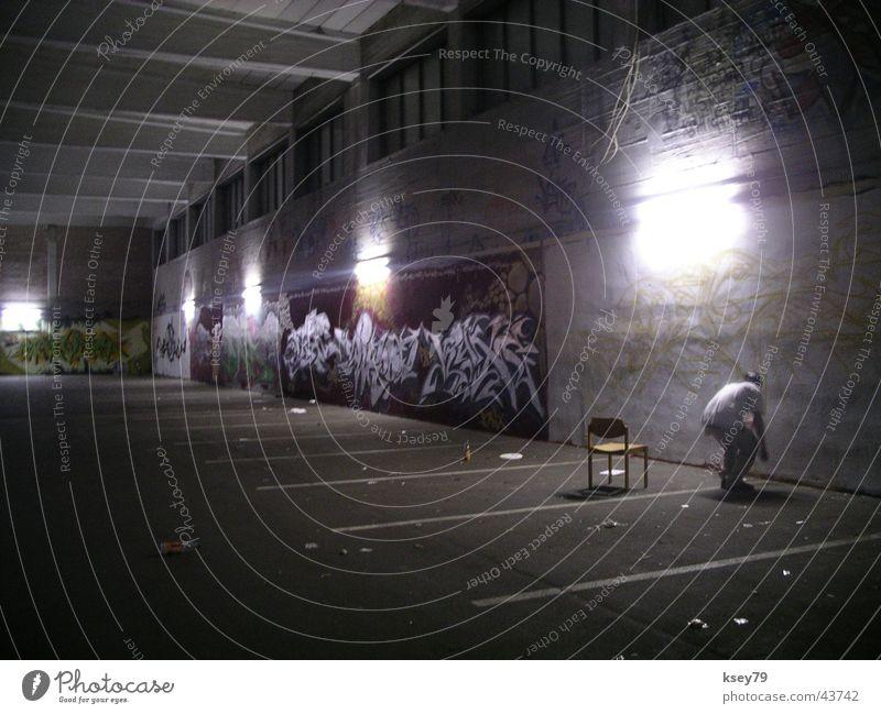 Der Schmierfink Mann Wand streichen sprühen